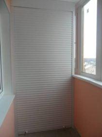 Шкаф на балконе с рольстаней
