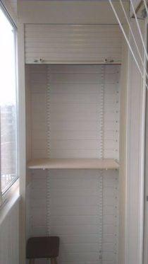 Шкаф на балконе с полками и роллетой